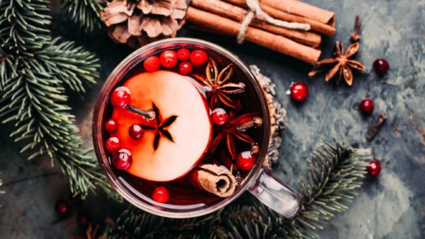 Apple and cranberry mulled wine